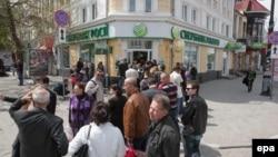 Очередь в банк в Симферополе, 17 апреля 2014 года