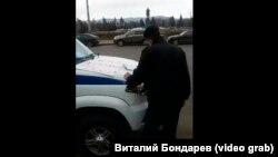 Полицейский составляет протокол на одного из предпринимателей, устроивших пикет в Красноярске