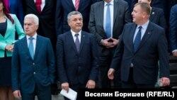 """Управляващите все още се ползват от подкрепата на Волен Сидеров (вляво) и """"Атака"""", въпреки че те вече не са част от малката коалиция с НФСБ на Валери Симеонов (в средата) и ВМРО на Красимир Каракачанов - """"Обединени патриоти"""""""