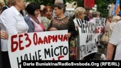 Противники Одарича біля будинку суду