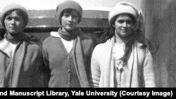 Böyük knyaginyalar Olga, Tatyana və Maria 1914-cü ildə Standart-ın göyərtəsində. Qətlə yetirilərkən bacıların 22, 21 və 19 yaşları var idi.
