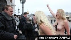 Активистки на Фемен одржаа перформанс во знак на подршка на руската опозиција пред црквата на Исус Спасителот во Москва