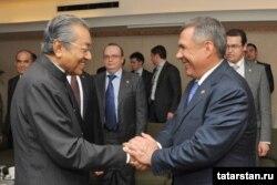 Mалайзияның бұрынғы премьер-министрі Махатхир Мохамад (сол жақта) және Татарстан президенті Рустам Минниханов. Куала-Лумпур, 9 қаңтар 2013 жыл. (Көрнекі сурет)