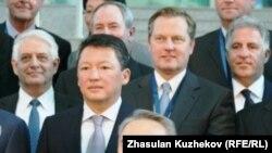 Президент Казахстана Нурсултан Назарбаев фотографируется вместе с участниками Совета иностранных инвесторов, рядом слева его зять Тимур Кулибаев, председатель правления фонда «Самрук-Казына». Астана, 18 мая 2011 года.