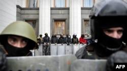 """""""Еуромайдан"""" белсенділері Украина Жоғарғы Радасын күзетіп тұр. 22 ақпан 2014 жыл."""