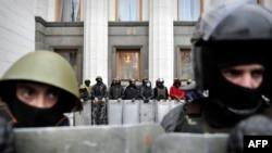 """Активисты """"Евромайдана"""" у здания Верховной Рады Украины."""