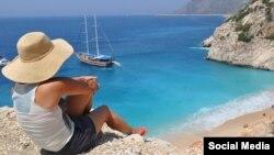 Пляж в средиземноморском курортном городе Анталия. Иллюстрационное фото