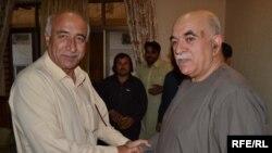 د نېشنل پارټۍ مشر او بلوچستان ممکنه اعلا وزیر مالک بلوڅ د پښتونخوا ملي عوامي ګوند له مشر محمودخان اڅکزي سره روغبړ کوي