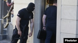 Armenia - An armed officer of the National Security Service guards an entrance to the Yerevan house of former President Serzh Sarkisian's brother Aleksandr searched by investigators, 4 July 2018.
