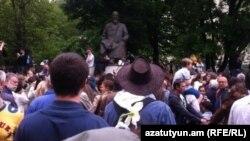Акция протеста оппозиции у памятника Абаю в Москве. 13 мая 2012 года.
