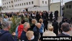 Людзі прыйшлі да ізалятару на Акрэсьціна шукаць затрыманых сваякоў, 12 жніўня