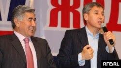 """Жармахан Туякбай (слева) и Болат Абилов на съезде, где было объявлено об объединении ОСДП и партии """"Азат"""". Алматы, 24 октября 2009 года."""