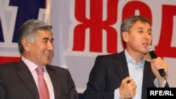 Азат ЖСДП партиясының тең төрағалары Жармахан Тұяқбай және Болат Әбілов екі оппозициялық партияның бірігу съезінде. Алматы, 24 қазан 2009 жыл.