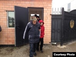 Пастор Бахтжан Кашкумбаев выходит из СИЗО за несколько минут до своего повторного ареста. Астана, 8 октября 2013 года.