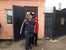 Пастор Бақытжан Қашқымбаев абақтыдан шығып келеді. Ол осы күні қайта тұтқындалды. Астана, 8 қазан 2013 жыл.