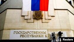 Крым парламентининин имаратындагы Украинанын желеги Орусиянын желегине алмаштырылды. Симфереполь. 19-март, 2014
