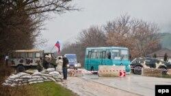Ukrainë - Njerëzit kanë nisur të ndërtojnë barrikada në rrugët që çojnë në Simferopol, të Krimeas, 27 shkurt, 2014