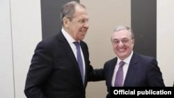 Министр иностранных дел Армении ЗограбМнацаканян (справа) и министр иностранных дел России Сергей Лавров (архив)