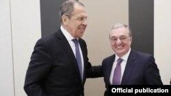 Министры иностранных дел Армении и России - Зограб Мнацаканян (справа) иСергей Лавров