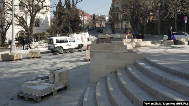 Исторический парапет в сквере на площади Лазарева восстанавливают