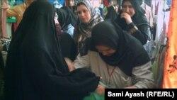 نساء ينفذن عمليات تفتيش داخل سوق في ديالى