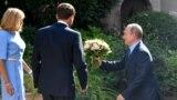 Президент РФ вручает букет супргуге президента Франции