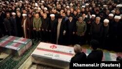 Eýranyň ýokary ruhany lideri Aýatollah Ali Khameneýi we prezidenti Hassan Rohani öldürilen harby kommandir Kasem Suleýmaniniň tabydynyň golaýynda doga-dileg edýärler. Tähran. 6-njy ýanwar, 2020 ý.