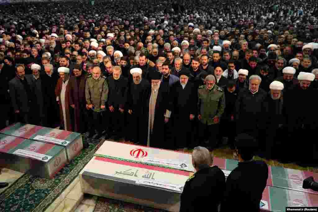 Lideri Suprem i Iranit, Ayatollah Ali Khamenei dhe presidenti iranian, Hasan Rohani shihen duke u lutur afër arkivolit të komandantit Soleimani dhe komandantit të milicisë irakiane, Abu Mahdi al-Muhandis, i cili është vrarë po ashtu në sulmin ajror të 3 janarit.