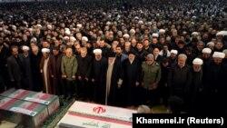 آیتالله علی خامنهای و مقامهای دیگر ایران حین نماز جنازه قاسم سلیمانی