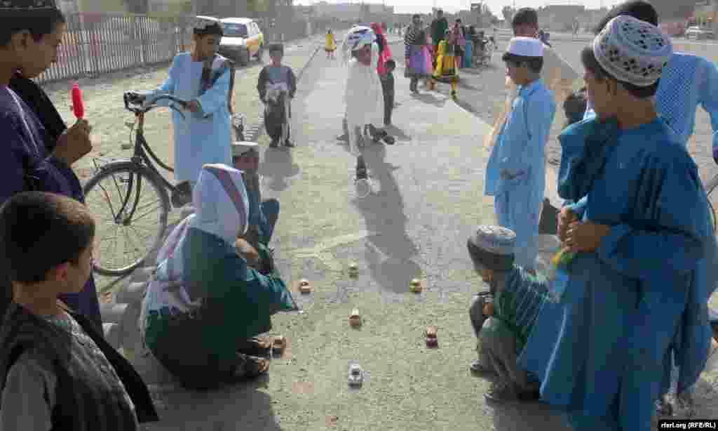 АВГАНИСТАН - Повеќе од 2000 семејства кои ги напуштиле нивните села во источен Авганистан поради воените операции и нападите на милитантите се вратиле во своите домови, соопштија локалните власти во Нангахар.