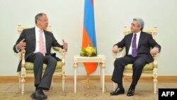 სომხეთის პრეზიდენტი სერჟ სარქისიანი 9მარჯვნივ) და რუსეთის საგარეო საქმეთა მინისტრი სერგეი ლავროვი ერევანში (2012 წლის 3 აპრილი).