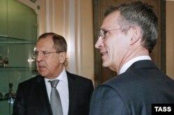 Міністр закордонних справ Росії Сергій Лавров (ліворуч) та генеральний секретар НАТО Єнс Столтенберґ під час зустрічі у Мюнхені, 12 лютого 2016 року