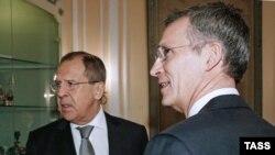 NATO-nyň baş sekretary Jens Stoltenberg (S) Orsýetiň daşary işler ministri Sergeý Lawrow bilen gürleşýär. Mýunhen, 12-nji fewral, 2016 ý.