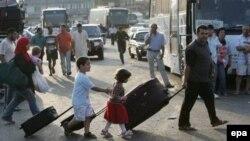 Ливанская семья спасается бегством от воздушных ударов. На пути в Дамаск