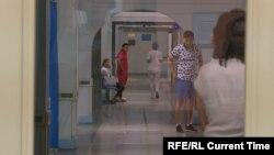 Пациенты и медики в коридоре больницы. Иллюстративное фото.