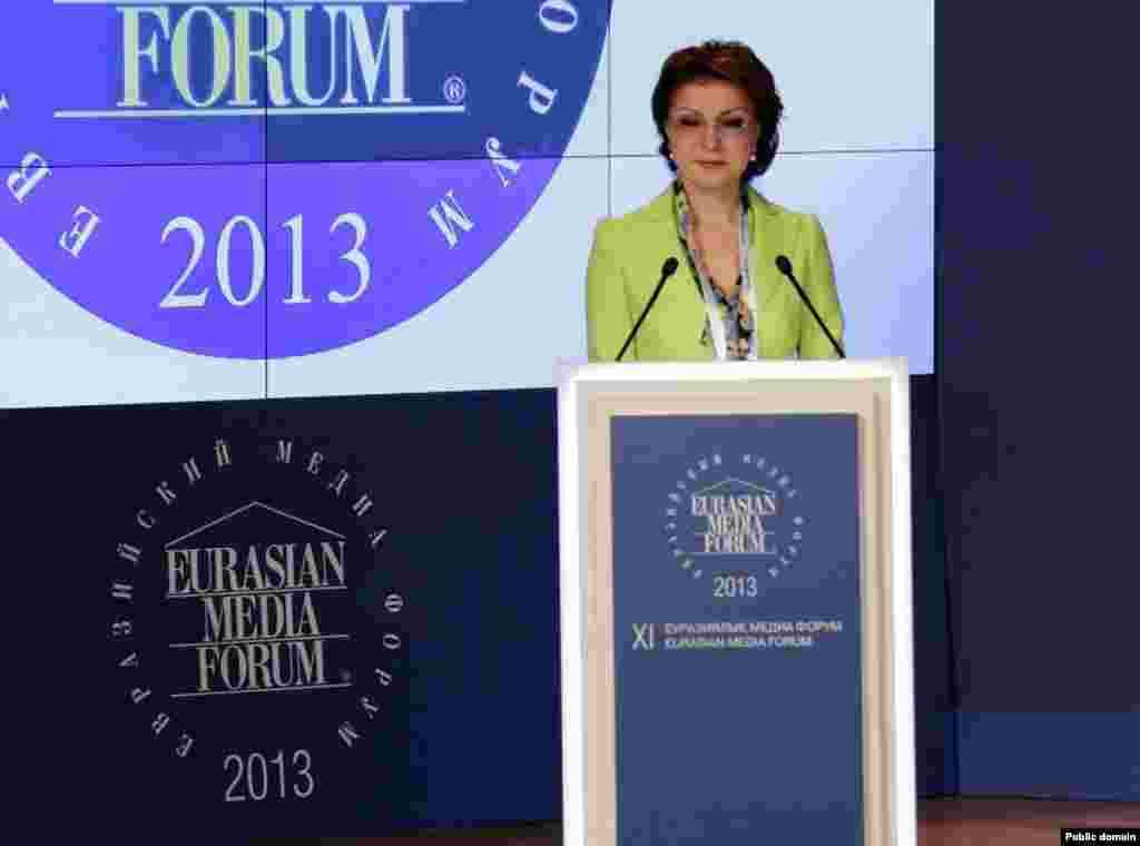 В 2002 году Дарига Назарбаева возглавила оргкомитет Евразийского медиафорума, проводимого по ее инициативе. В том же году при ее участии был создан Конгресс журналистов, она была избрана председателем этой организации. На фото: Дарига Назарбаева выступает на Евразийском медиафоруме. Астана, 25 апреля 2013 года.