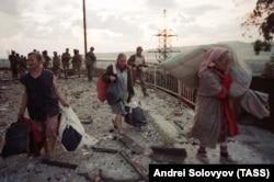 Жители Сухуми покидают разрушенный город во время грузино-абхазского конфликта, 1993 год / Фото из архива