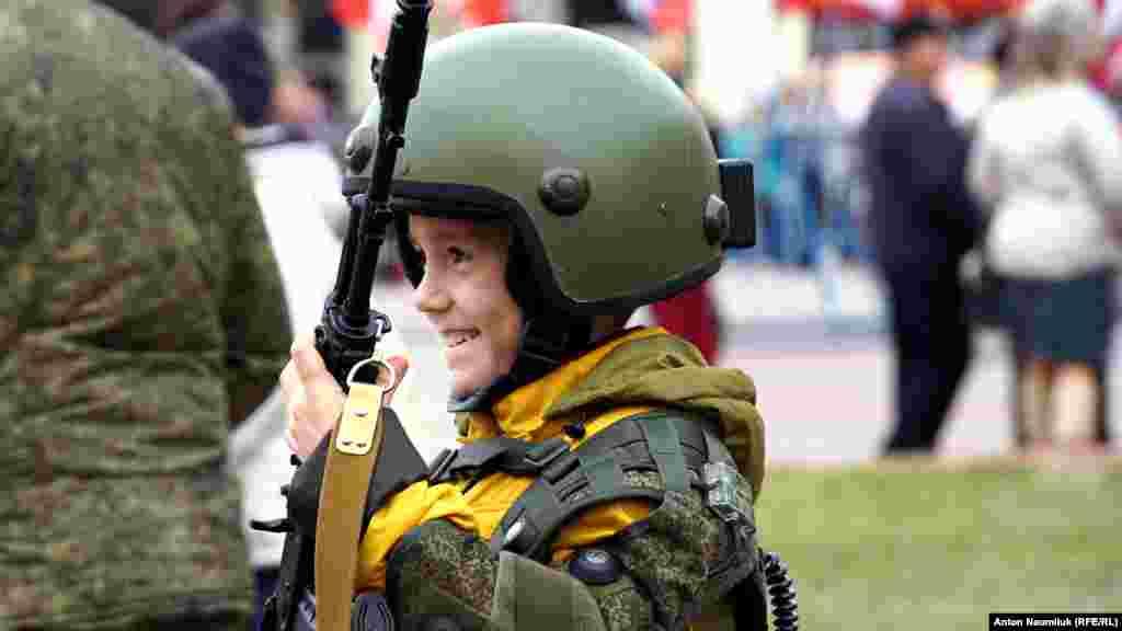 Милитаризованные организации «патриотического воспитания молодежи» организовали тир и знакомили детей с устройством автоматов,пулеметов и помогали примерить бронежилет