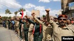 تظاهرات افراد عضو پلیس و ارتش و وفادار به حوثیها در یمن