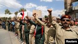 افسران پلیس و ارتش یمن که در حمایت از حوثیها و برکناری دولت تظاهرات کردهاند
