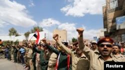تظاهرات نیروهای ارتشی و پلیس وفادار به حوثیها در نزدیکی ساختمان دولت یمن