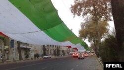 Парчами бузурги миллӣ дар яке аз кӯчаҳои Душанбе