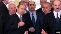 Уладзімір Пуцін (зьлева) і Аляксандар Лукашэнка (справа) 25 студзеня 2000 году