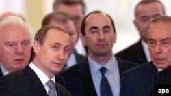 """(В центре) Владимир Путин и бывший президент Армении Роберт Кочарян, арестованный 28 июля за """"попытку узурпации власти и свержения конституционного строя""""."""