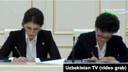 Шаҳноза Умарова (чапда) янги вазир Агриппина Шин ёнида.
