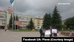 Двое молодых людей вышли в Ровно с плакатами за импичмент президенту Украины Владимиру Зеленскому