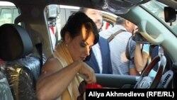 Лондон олимпиадасының чемпионы, ауыр атлет Светлана Подобедова сыйға алған Toyota Land Cruiser-200 көлігінің ішінде отыр. Талдықорған, 15 тамыз 2012 жыл.