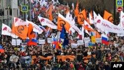 La Moscova participă mii de oameni la comemorarea uciderii politicianului Boris Nemțov
