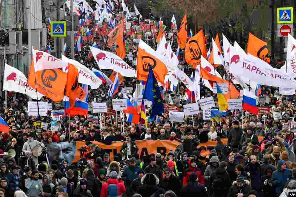 Колонна людей на Марше Немцова в Москве.