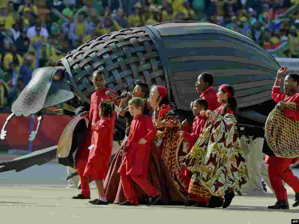 """საზეიმო გახსნის ცერემონია იოჰანესბურგის """"სოკერ სიტის"""" სტადიონზე - 11 ივნისს სამხრეთ აფრიკის ქალაქ იოჰანესბურგში საზეიმოდ გაიხსნა მსოფლიოს მე-19 საფეხბურთო ჩემპიონატი. დედამიწის 32 საუკეთესო გუნდი ჩაება პლანეტის უმნიშვნელოვანეს სპორტულ პაექრობაში, რომლის გამარჯვებული ზუსტად ერთ თვეში - 11 ივლისს გამოვლინდება."""
